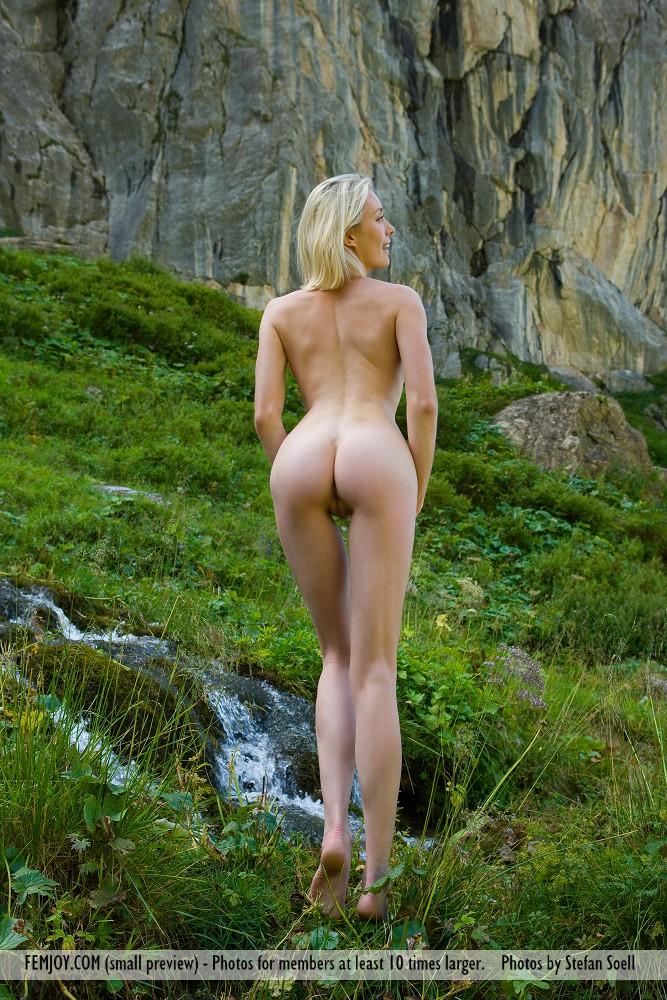 Голая швейцарская девушка