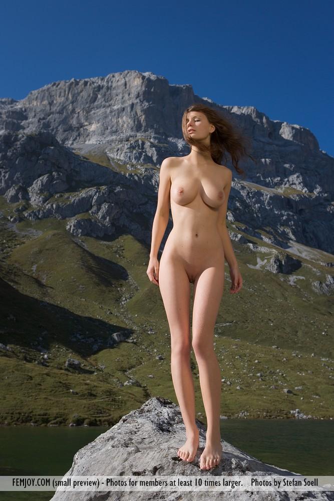 Голая девушка у камней